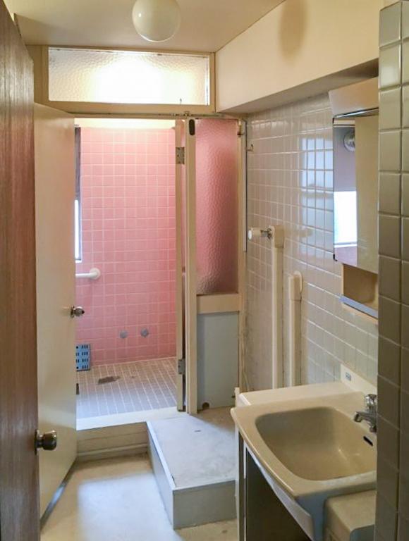 解体前の在来工法の浴室